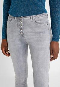 Patrizia Pepe - PANTALONI TROUSERS - Jeans Skinny Fit - grey bleached wash - 4