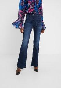 Patrizia Pepe - PANTALONI TROUSERS - Jeans bootcut - blue wash - 0