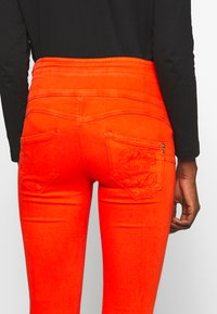 Patrizia Pepe - HIGH WAIST SHAPE - Jeans Skinny Fit - hibiscus red - 5