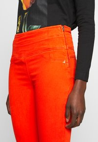 Patrizia Pepe - HIGH WAIST SHAPE - Jeans Skinny Fit - hibiscus red - 3
