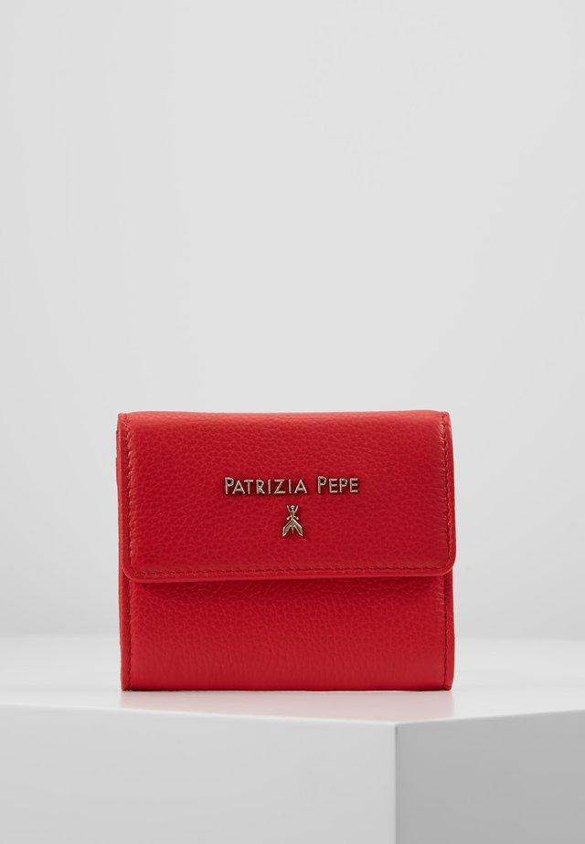 PORTAFOGLIO SMALL FLAP IN PELLE MARTELLATA - Wallet - flame red