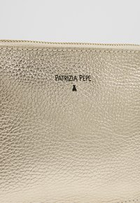 Patrizia Pepe - BORSA BAG - Clutch - platinum\moon sand - 6