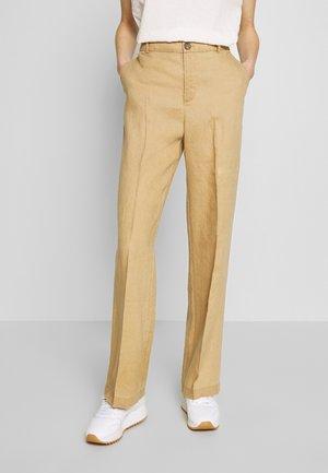 BEGITTA - Spodnie materiałowe - tannin