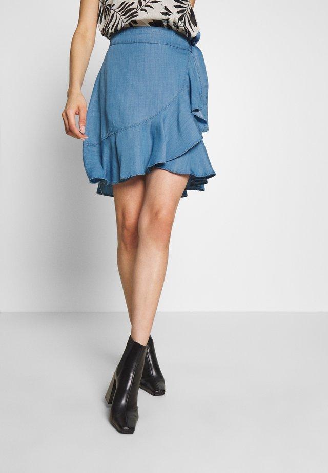 CAITLYNE - Áčková sukně - light blue denim