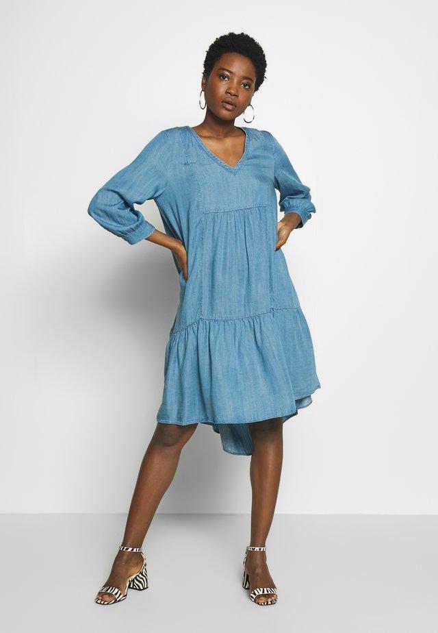 VIKTORINE - Jeanskleid - light blue denim