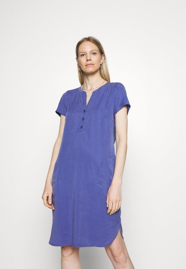 AMINASS - Korte jurk - marlin
