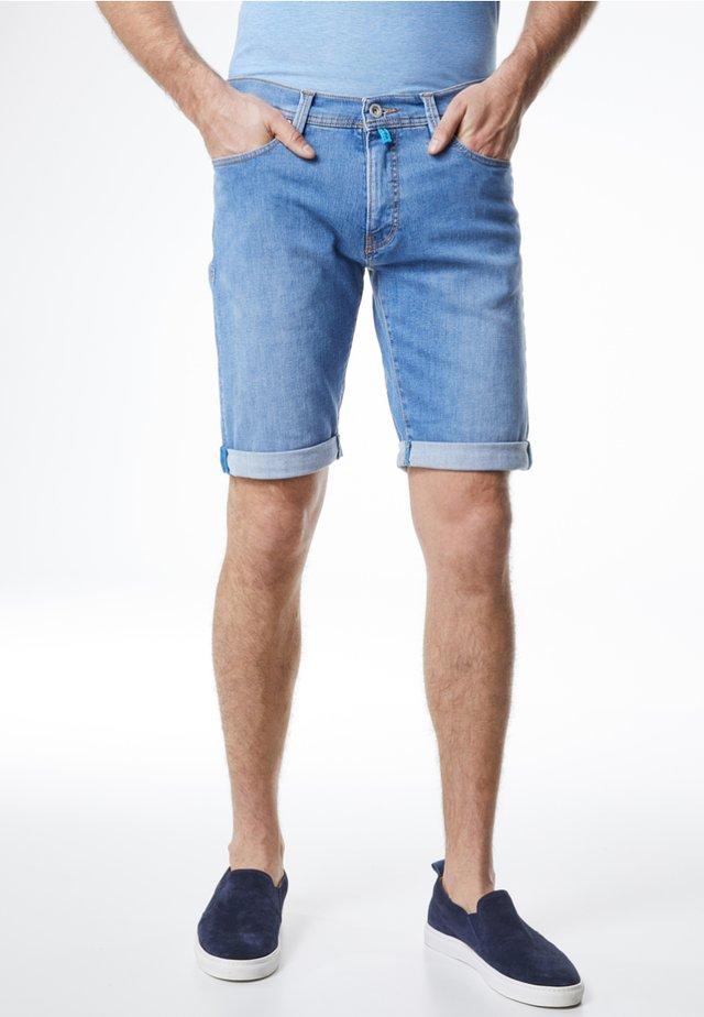 FUTUREFLEX, SUPER ELASTISCH - REGULAR FIT - Denim shorts - light blue