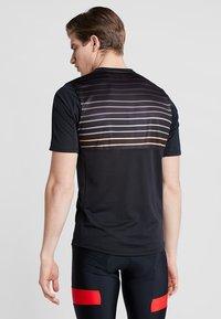 Pearl Izumi - LAUNCH - T-Shirt print - black/berm brown slope - 2