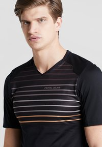 Pearl Izumi - LAUNCH - T-Shirt print - black/berm brown slope - 4
