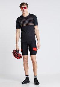 Pearl Izumi - LAUNCH - T-Shirt print - black/berm brown slope - 1