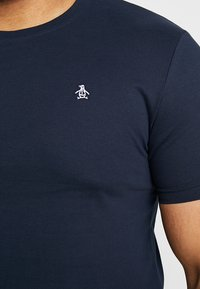 Original Penguin - EMBROIDRED LOGO TEE - Camiseta básica - dark sapphire - 5