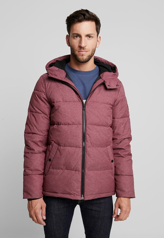 PUFFER JACKET - Lehká bunda - tawny port