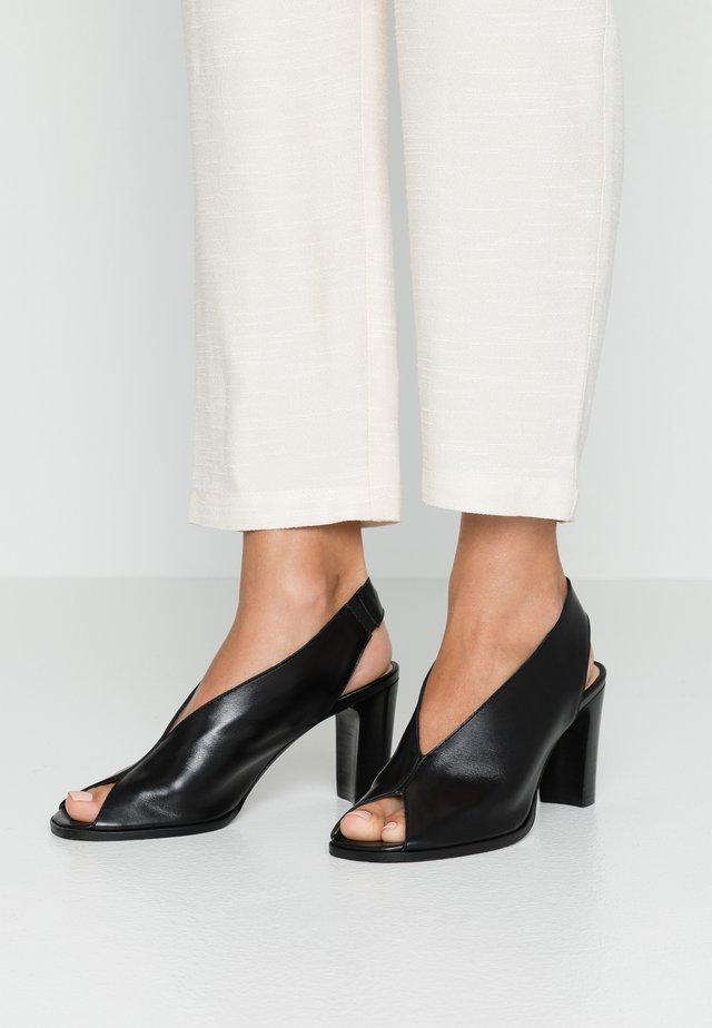 Peep toes - pamplona noir