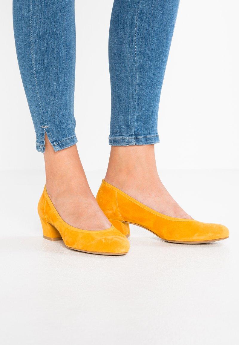 PERLATO - Classic heels - saffron