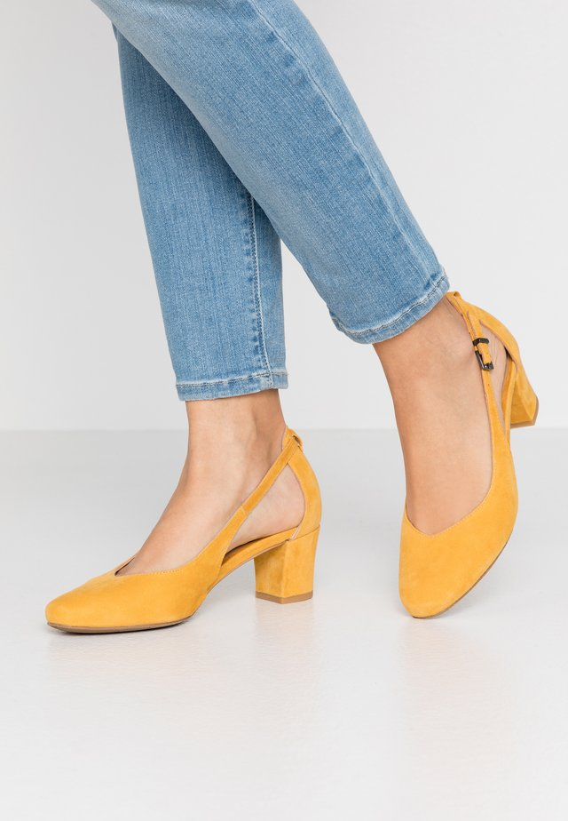 Pumps - saffron