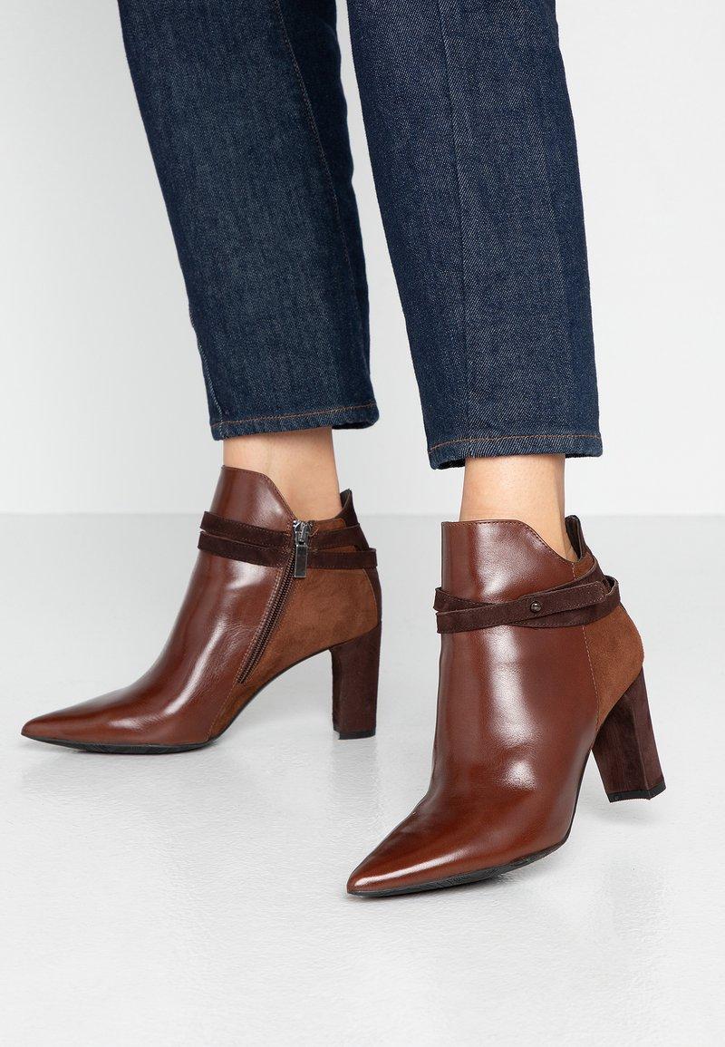 PERLATO - Kotníková obuv na vysokém podpatku - jamaika cognac
