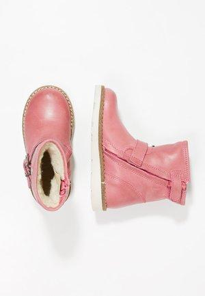 Kotníkové boty - fuxia