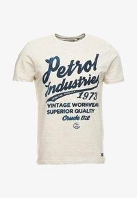 Petrol Industries - T-shirt med print - antique white melee - 3