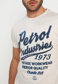 Petrol Industries - T-shirt med print - antique white melee - 4