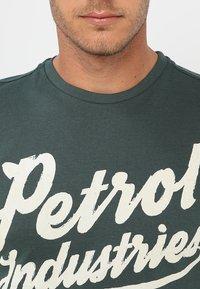 Petrol Industries - Print T-shirt - night green - 4
