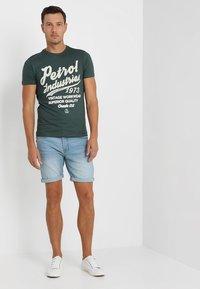 Petrol Industries - Print T-shirt - night green - 1