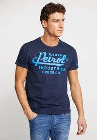Petrol Industries - T-shirt med print - deep capri - 0