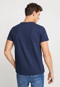 Petrol Industries - T-shirt med print - deep capri - 2