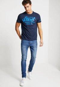 Petrol Industries - T-shirt med print - deep capri - 1