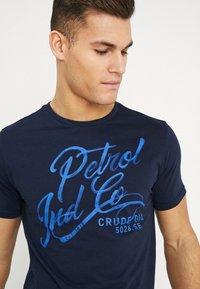 Petrol Industries - OPTION - T-shirt med print - deep capri - 4