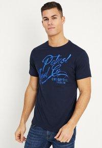 Petrol Industries - OPTION - T-shirt med print - deep capri - 0