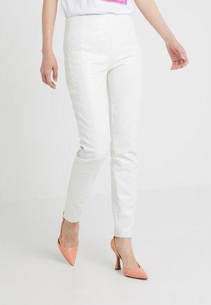 GRADINO PANTALONE COCCO LUCIDATO - Pantalon classique - white