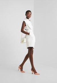 Pinko - SAVARIN ABITO WASHED SIMILPELL - Vestido camisero - bianco - 1
