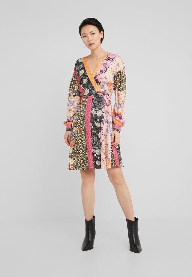 DRAGHETTA ABITO TWILL PATCH RIGA GIAPPO - Korte jurk - nero/rosa/verde