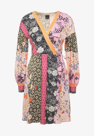 DRAGHETTA ABITO TWILL PATCH RIGA GIAPPO - Denní šaty - nero/rosa/verde
