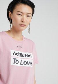 Pinko - SPONTANEO - T-shirt imprimé - pink - 4