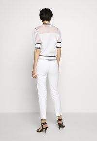 Pinko - VERZELATA MAGLIA - T-shirts med print - bianco/nero - 2