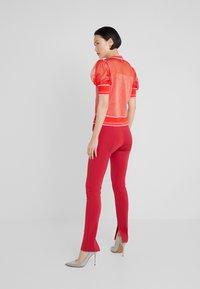 Pinko - VERZELATA MAGLIA - T-shirt z nadrukiem - rosso/rosa - 2