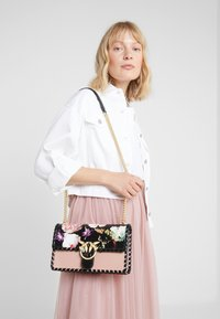 Pinko - LOVE FLOWER           - Håndveske - light pink/black - 1