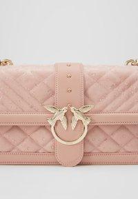Pinko - LOVE CLASSIC RAIN - Umhängetasche - light pink - 5