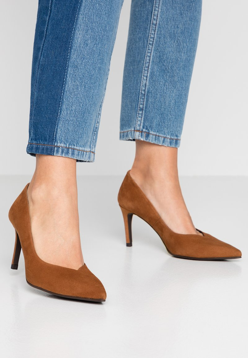 Paco Gil - MINA - Classic heels - amaretto