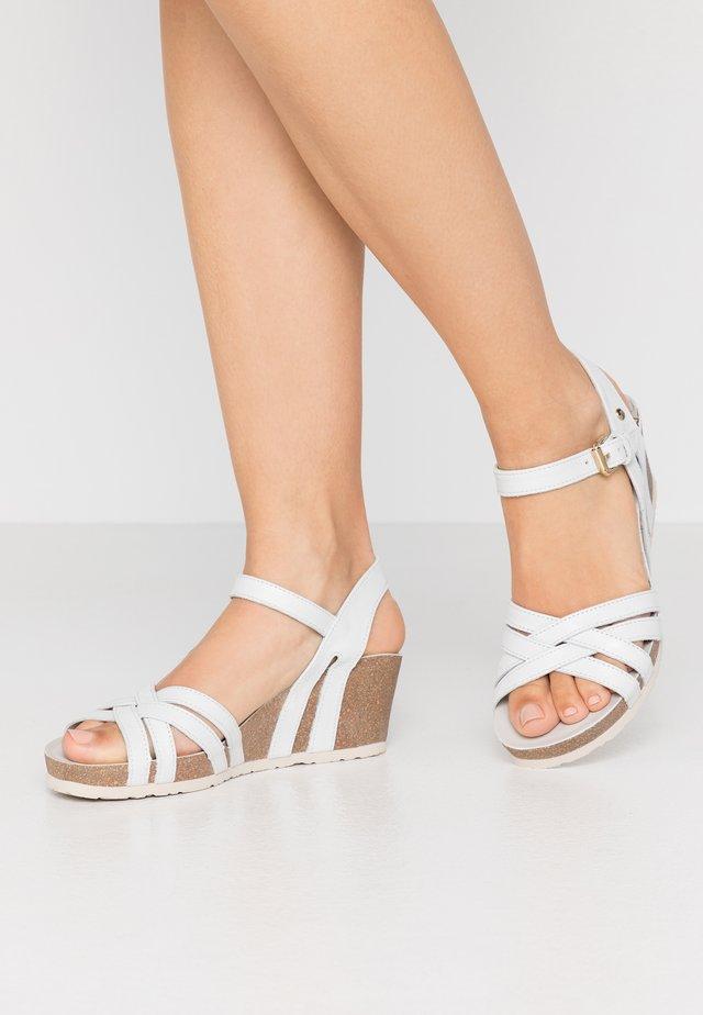 VERA NACAR - Sandaletter med kilklack - weiß