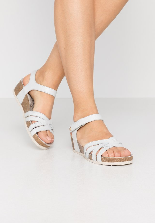 CHIA NACAR - Sandaletter med kilklack - weiß