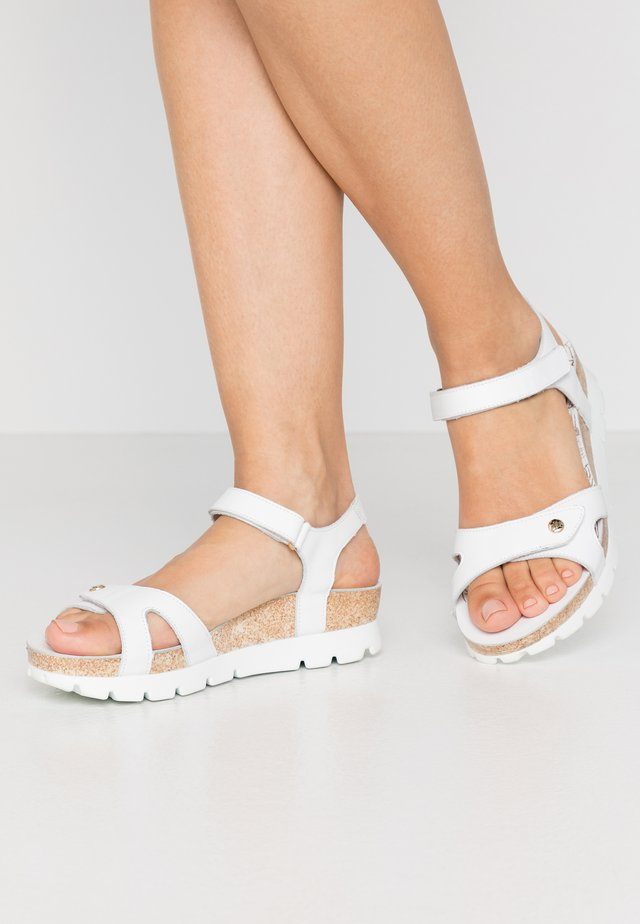 SULIA COLORS - Sandaletter med kilklack - weiß