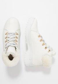 Panama Jack - HELLEN IGLOO - Ankle boots - blanco - 3