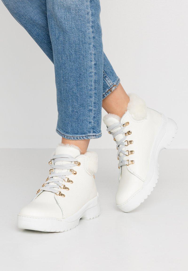 Panama Jack - HELLEN IGLOO - Ankle boots - blanco