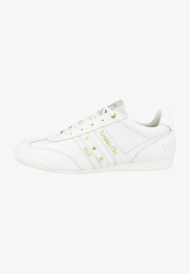 Sneakers - triple white