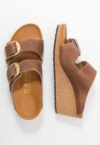 Papillio - NORA - Pantofle na podpatku - cognac - 3