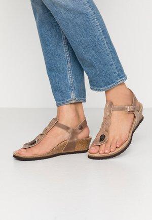 ASHLEY - Sandály s odděleným palcem - tabacco