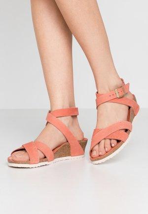 LOLA - Sandály na klínu - earth red
