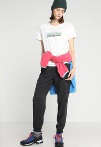 Patagonia - LOGO CREW  - T-shirt med print - white - 1